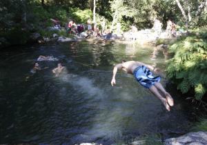 Persoa que se baña no río